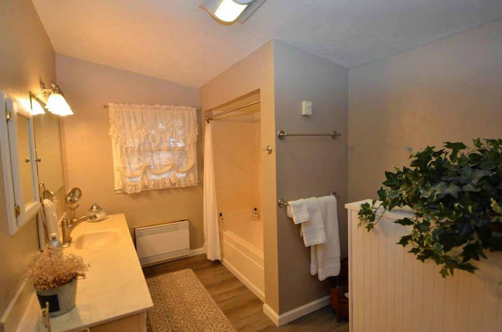 26. Upper Level Bath (2)