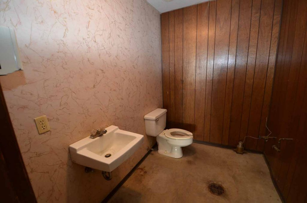 2504 Main Street 06 East Side Bathroom